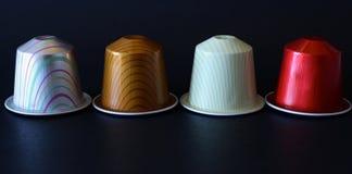 Rij van koffiecapsules op geïsoleerde achtergrond Royalty-vrije Stock Foto