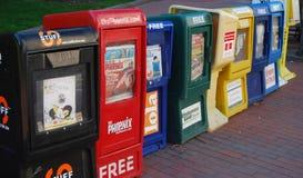 Rij van krantenvakjes op de straat Stock Foto