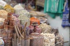 Rij van kruiden met een traditionele wierook royalty-vrije stock afbeelding