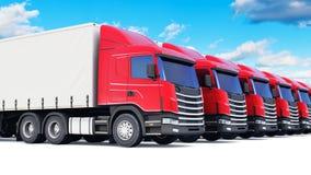 Rij van ladingsvrachtwagens tegen blauwe hemel Stock Afbeeldingen