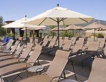 Rij van lege sunloungers en parasols Royalty-vrije Stock Afbeeldingen