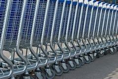 Rij van lichte karren voor een supermarkt stock fotografie