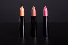 Rij van in lippenstiften in natuurlijke warme kleuren Stock Foto