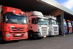 Rij van Mercedes-Benz Actros Trucks in Carport stock foto's