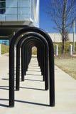 Rij van moderne fietsenrekken stock afbeelding