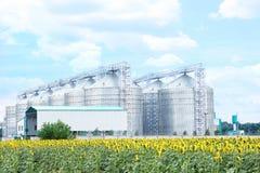 Rij van moderne graanschuuren voor het opslaan van graankorrels stock afbeeldingen