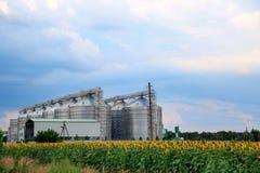 Rij van moderne graanschuuren voor het opslaan van graankorrels royalty-vrije stock fotografie