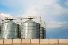 Rij van moderne graanschuuren voor het opslaan van korrels stock foto