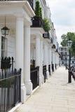 Rij van mooie witte edwardian huizen in Londen Stock Foto