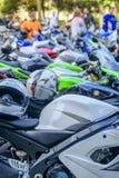 Rij van motorfietsen stock foto's