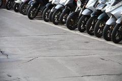 Rij van motorfietsen op straat royalty-vrije stock afbeeldingen