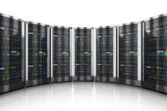 Rij van netwerkservers in gegevenscentrum Royalty-vrije Stock Foto's