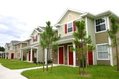 Rij van nieuwe flatgebouwen met koopflats stock fotografie