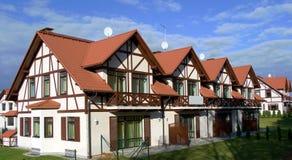 Rij van nieuwe flatgebouwen met koopflats Stock Foto