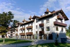 Rij van nieuwe flatgebouwen met koopflats Royalty-vrije Stock Fotografie