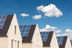 Rij van nieuwe huizen met zonnepanelen Stock Fotografie