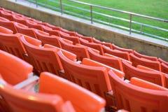 Rij van oranje zetel voor horloge één of andere sport Stock Afbeeldingen