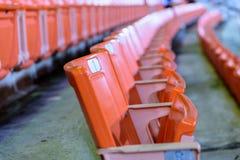 Rij van oranje zetel voor horloge wat sportl Royalty-vrije Stock Afbeeldingen