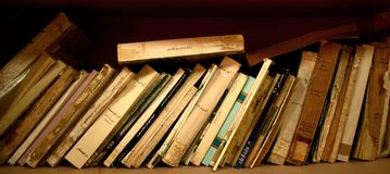 Rij van oude boeken op plank Royalty-vrije Stock Afbeeldingen