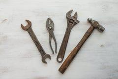 Rij van oude hulpmiddelen in houten lijst stock fotografie
