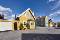 Rij van oude kleurrijke blokhuizen in de stad Stock Foto