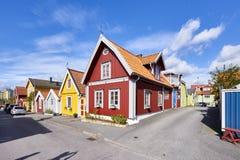 Rij van oude kleurrijke blokhuizen in de stad Stock Afbeeldingen