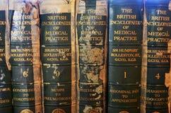Rij van oude medische boeken royalty-vrije stock foto