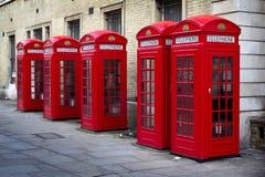 Rij van oude stijl Britse rode telefoondozen Stock Afbeeldingen