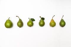 Rij van rijpe groene die peren op een witte achtergrond wordt geïsoleerd Hoogste mening Royalty-vrije Stock Foto