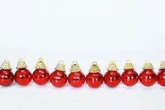 Rij van rode Kerstmisballen Stock Afbeeldingen