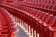 Rij van rode rond gemaakte stoelen Stock Afbeeldingen