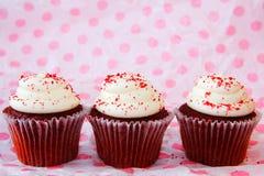 Rij van rood fluweel drie cupcakes Royalty-vrije Stock Foto's