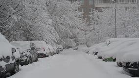 Rij van snow-covered auto's langs de stoep dichtbij huis Moskou, Rusland stock video