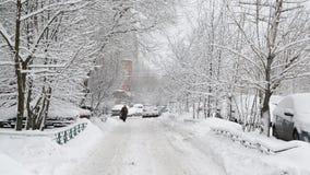 Rij van snow-covered auto's langs de stoep dichtbij huis Moskou, Rusland stock videobeelden