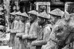 Rij van standbeelden bij het Mausoleum van Khai Dinh Emperor in Tint, Vietnam, met andere standbeelden op de achtergrond stock foto