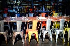 Rij van stoelen en lijsten in een leeg restaurant Stock Afbeeldingen