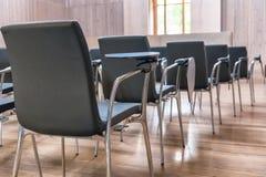 Rij van stoelen op een moderne vergaderzaal stock afbeelding