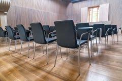 Rij van stoelen op een moderne vergaderzaal royalty-vrije stock foto
