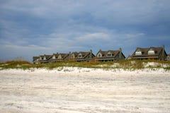 Rij van strandhuizen en wit   stock fotografie