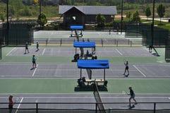 Rij van Tennisbanen met Spelers royalty-vrije stock foto