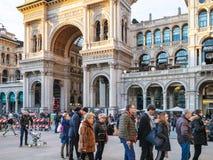 Rij van toeristen aan ingang in Duomo-Di Milaan royalty-vrije stock afbeelding