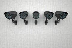 Rij van toezichtcamera's op muur Stock Foto