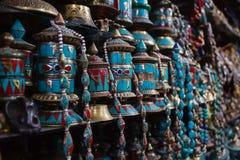 Rij van traditianal het bidden wielen in Nepal royalty-vrije stock afbeeldingen