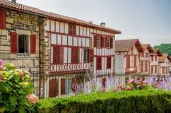 Rij van typische Baskische plattelandshuisjes in La bastide-Clairence Stock Afbeelding