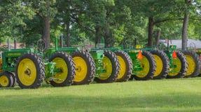 Rij van Uitstekend John Deere Tractors royalty-vrije stock afbeelding