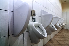 Rij van urinoirs Stock Foto's