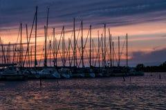 Rij van verankerde varende boten in roze avondzonlicht Stock Afbeelding