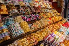 Rij van verschillende kleurrijke traditionele Indische armbanden stock fotografie