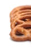 Rij van vijf kleine gezouten pretzels royalty-vrije stock afbeeldingen