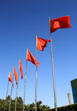 Rij van vliegende rode vlaggen Royalty-vrije Stock Foto